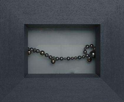 Art par zinnkraut: 'perles illuminées', des boules magnétiques sur verre opalin, double illumination, 28x25 cm, Zurich 2005