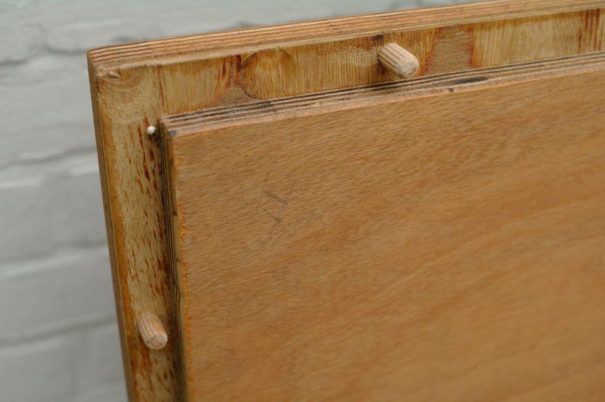 Die Tischplatte mit Dübeln an der Unterseite