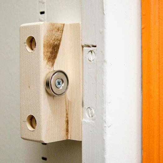 applications aimants fermer une porte d 39 armoire avec des aimants. Black Bedroom Furniture Sets. Home Design Ideas